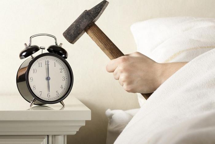 спящий человек и будильник