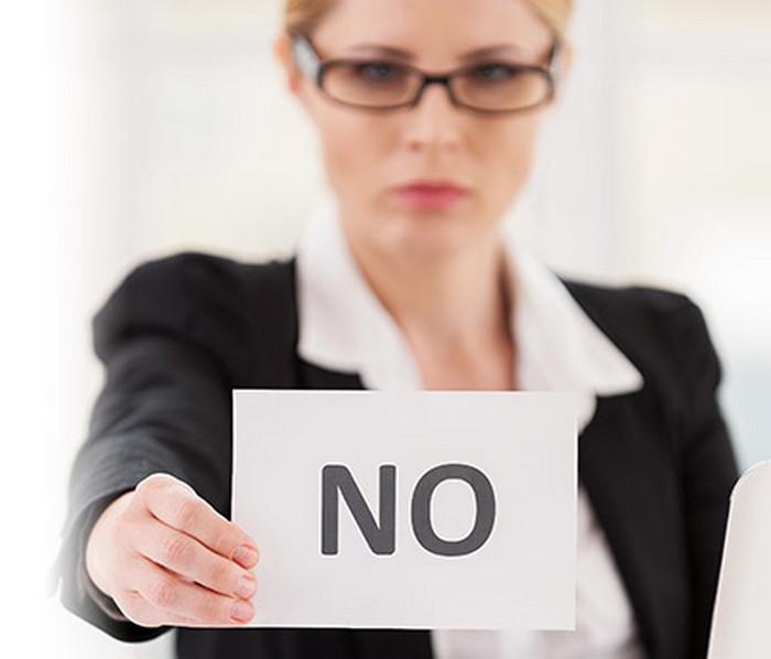 """девушка держит листок бумаги со словом """"нет"""""""