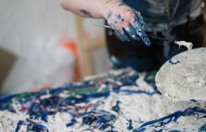 художник рисует маслом