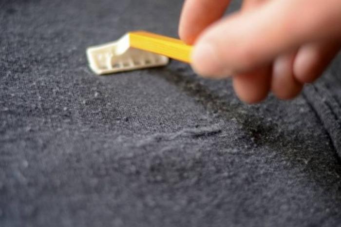 счищают катышки бритвой