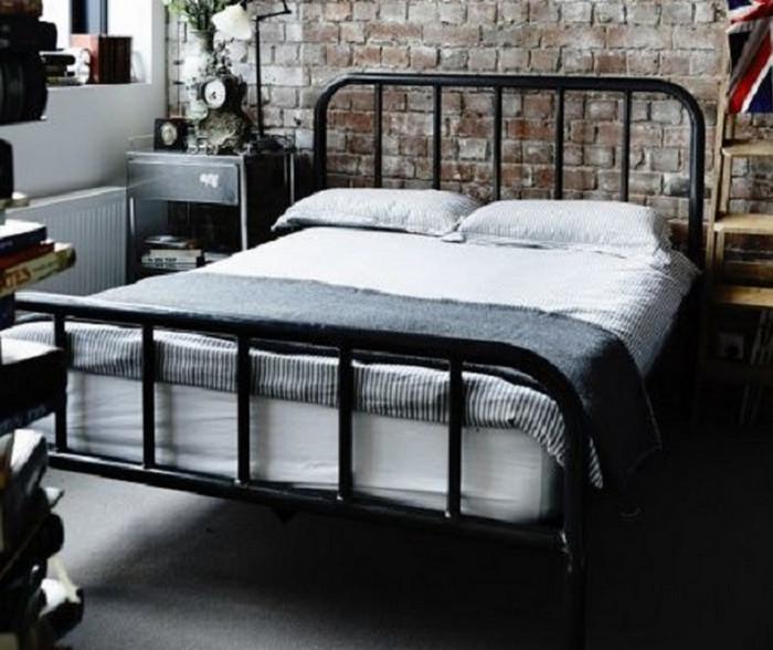 металлическая кровать в спальне в стиле лофт