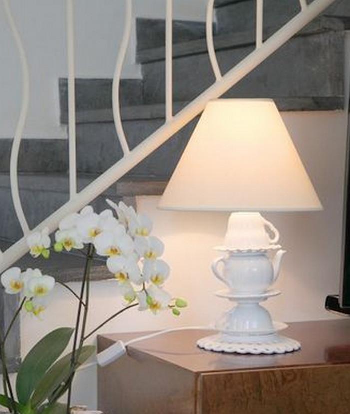 настольная лампа с основанием из чашек