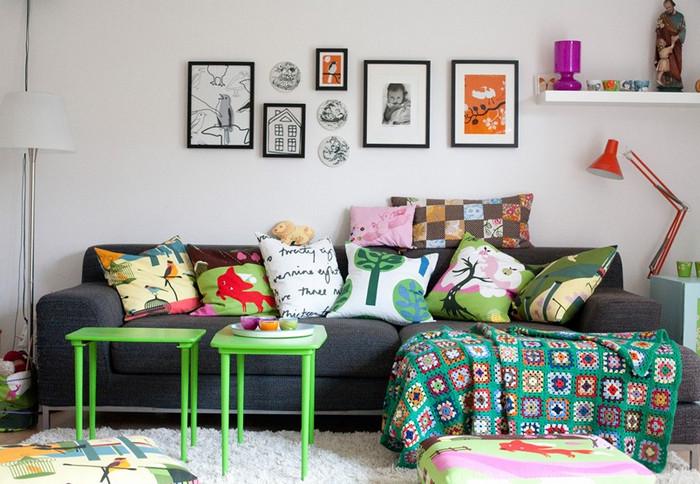 много текстильных подушек на диване