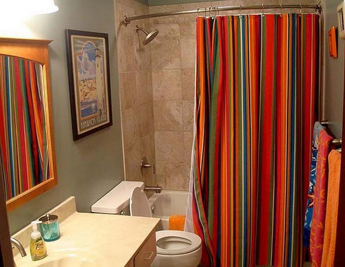 полосатая яркая шторка в ванной