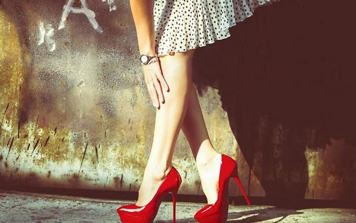 девушка в туфлях на высоком каблуке