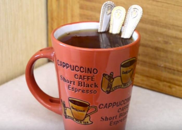 кружка с чаем и несколькими ложками