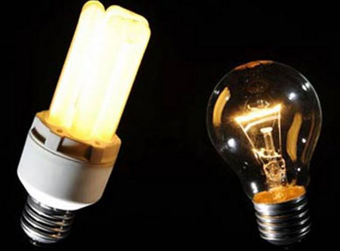 энергосберегающая лампа и обычная лампочка
