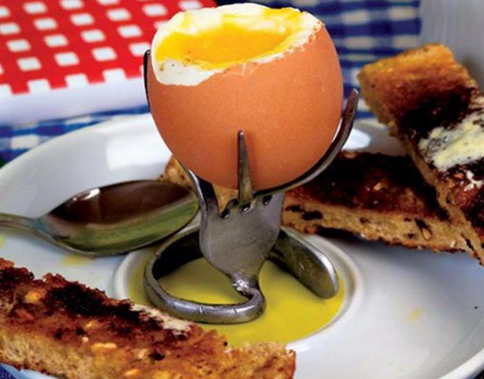 яйцо на подставке из скрученной вилки