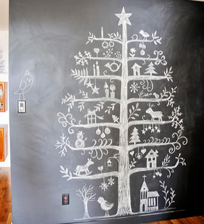 нарисованная мелом на грифельной стене елка
