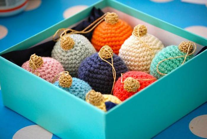 вязаные елочные игрушки в коробке