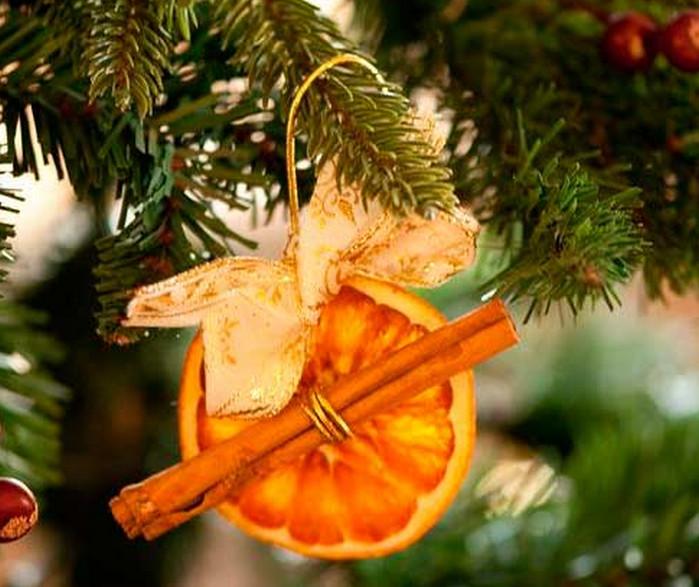 засушенные апельсиновые ломтики на елке