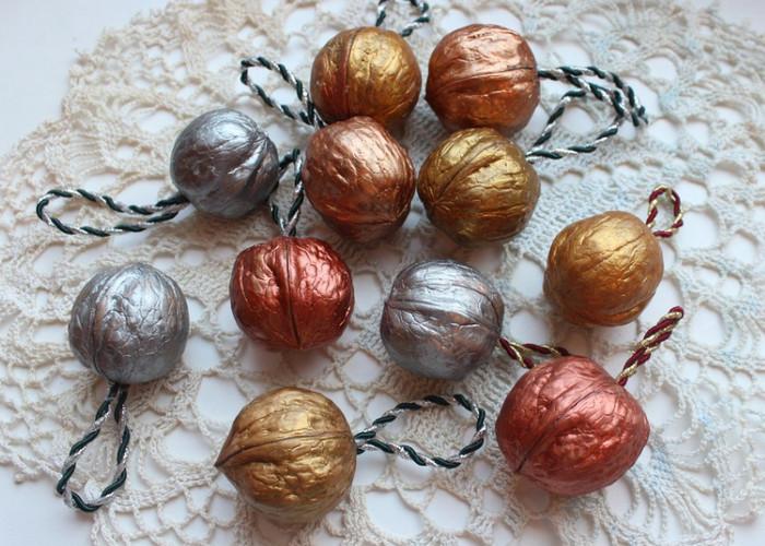 окрашенные в металик грецкие орехи