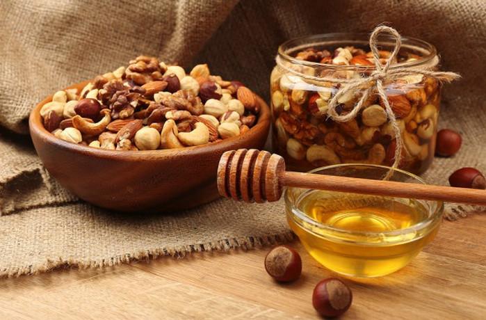 орехи, сухофрукты и мед в банке
