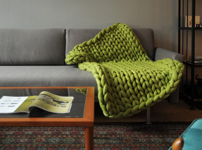 плед крупной вязки на диване