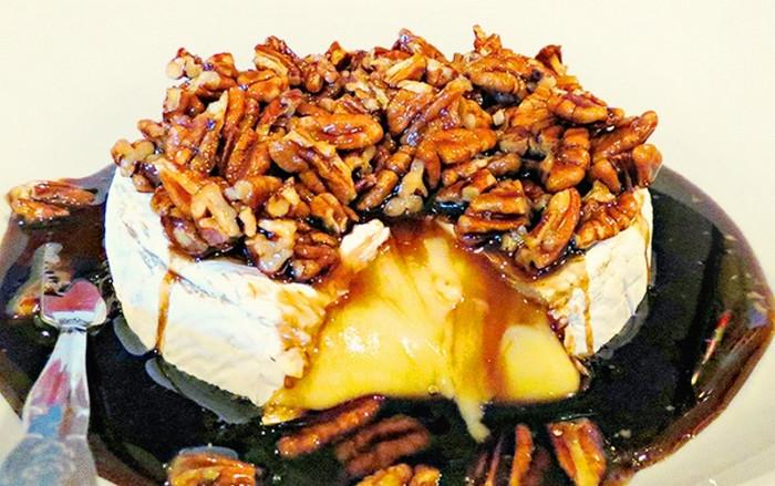 запеченный с орехами сыр бри