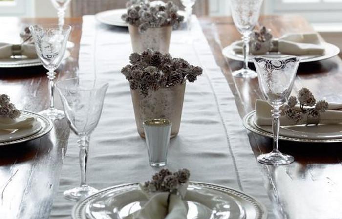 шишки в декоративных ведрах на столе