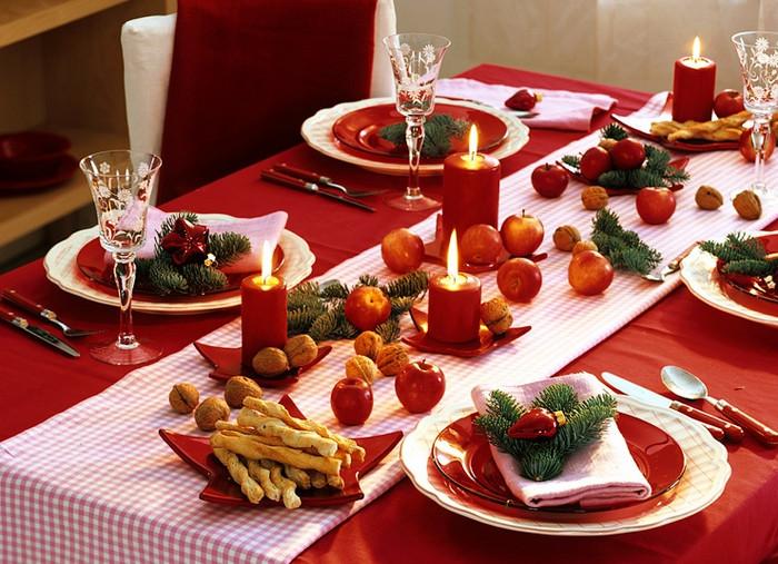 сервированный свечами и фруктами стол