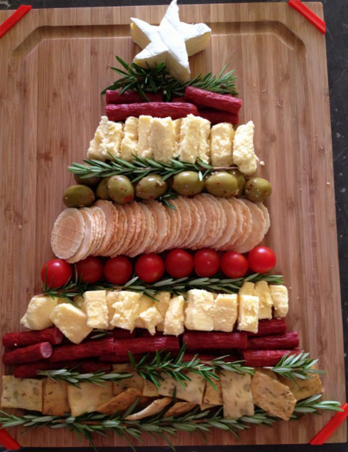 сырная тарелка в виде елки