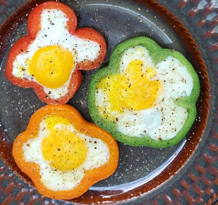 яйца в кружочках перца