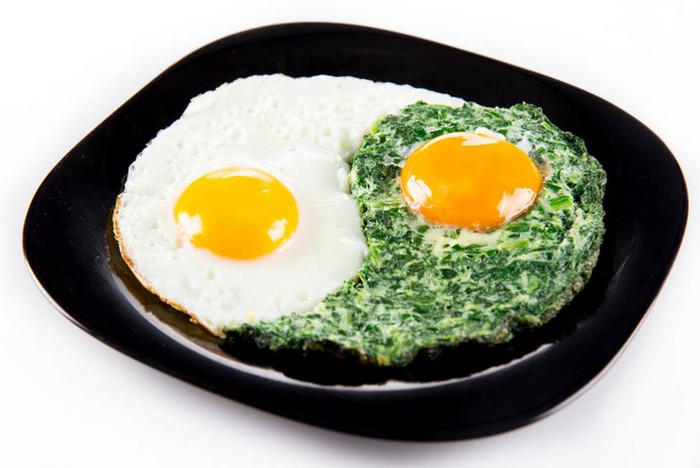 яичница инь-ян на тарелке