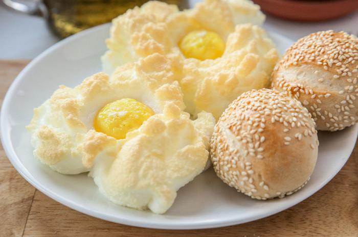 яйца-облачки на тарелке