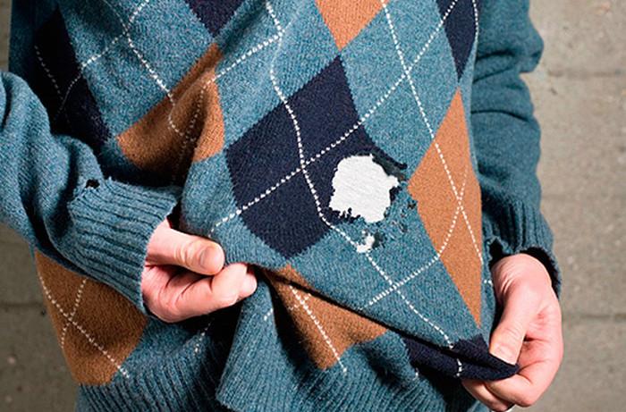 продырявленный молью свитер