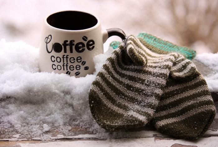 кофе и варежки на заснеженном подоконнике