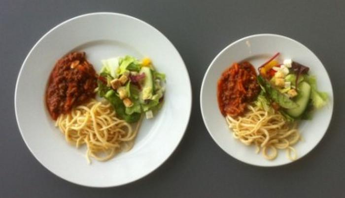 одинаковая порция еды на большой и маленькой тарелке