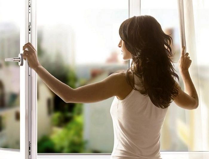 девушка распахивает окна