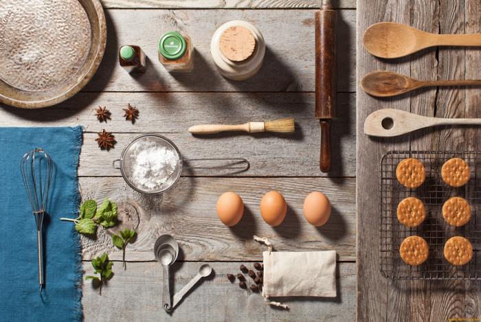 кухонная утварь и продукты на столе