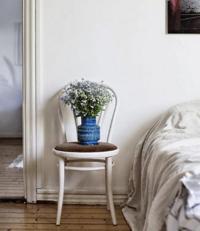 стул возле кровати