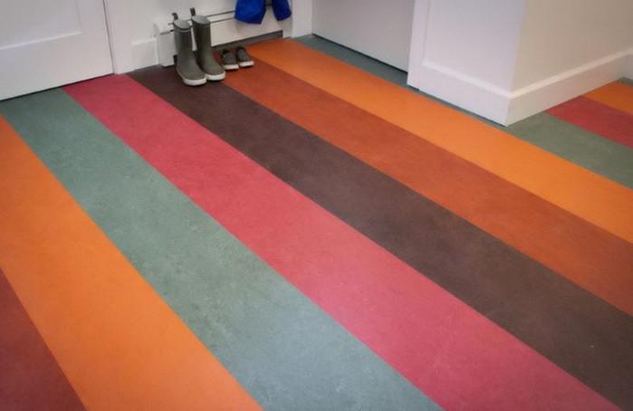 покрашенный разноцветными полосами линолеум