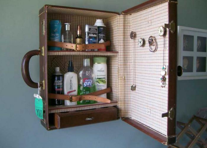 шкафчик из чемодана на стене в ванной