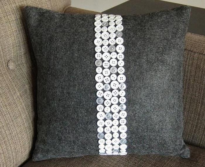 обшитая пуговицами подушка
