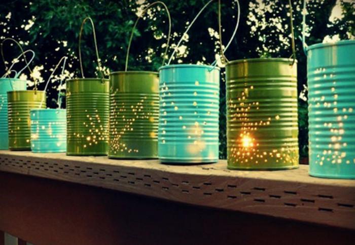 жестяные банки со свечками в саду