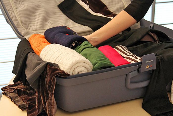 свернутая роликами одежда в чемодане