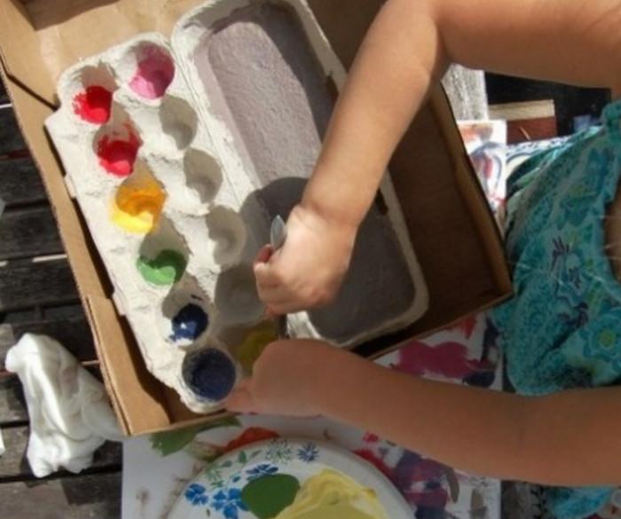 палитра для красок из контейнера от яиц