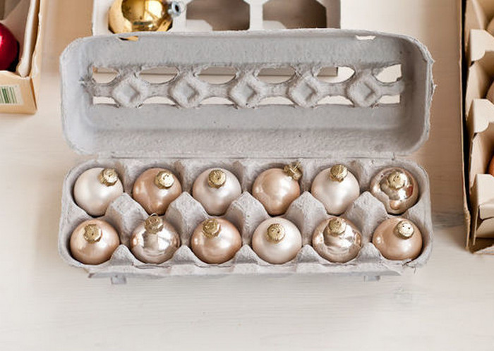 елочные игрушки в лотке от яиц
