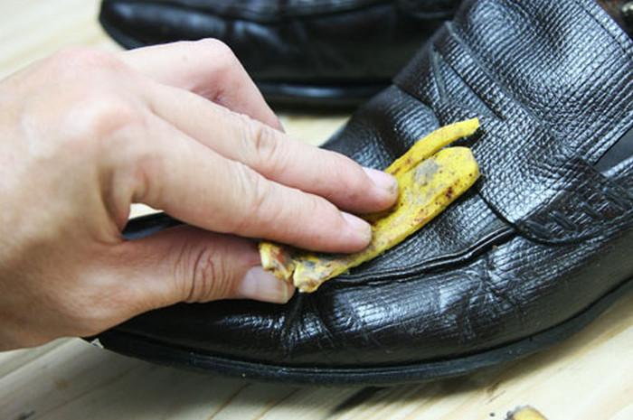 протирает бананом обувь