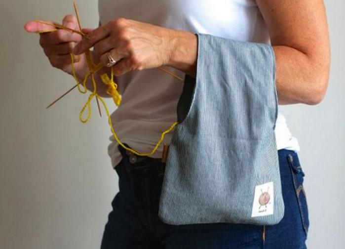 сумочка с клубками на руке