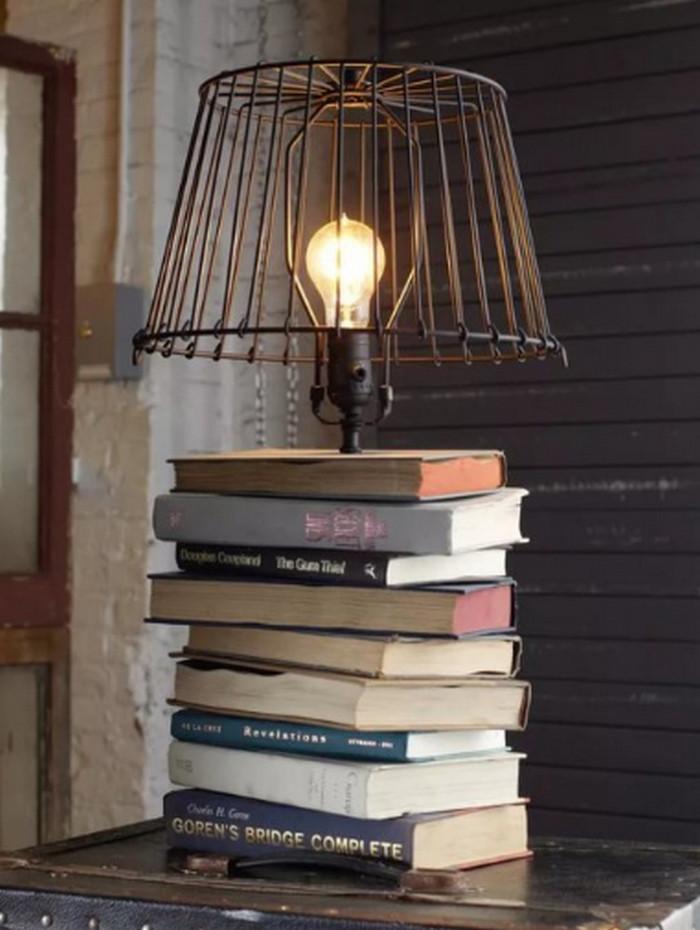 лампа с ножкой из стопки книг