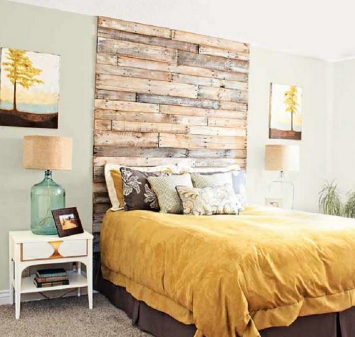 изголовье кровати из деревянных досок