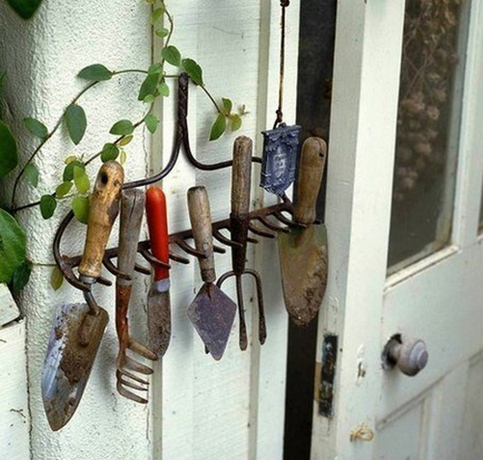 грабли как вешалка для садового инвентаря