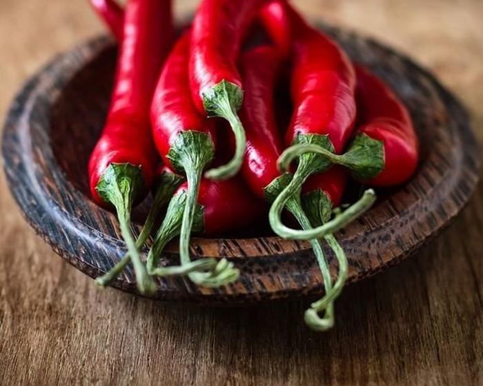 красные перцы в миске
