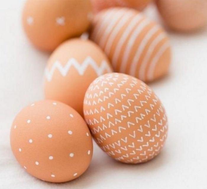 разрисованные белым маркером коричневые яйца