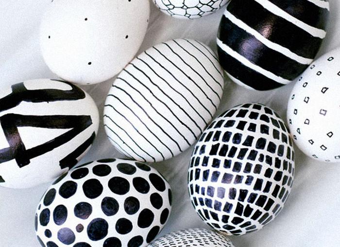 разрисованные черным маркером белые яйца