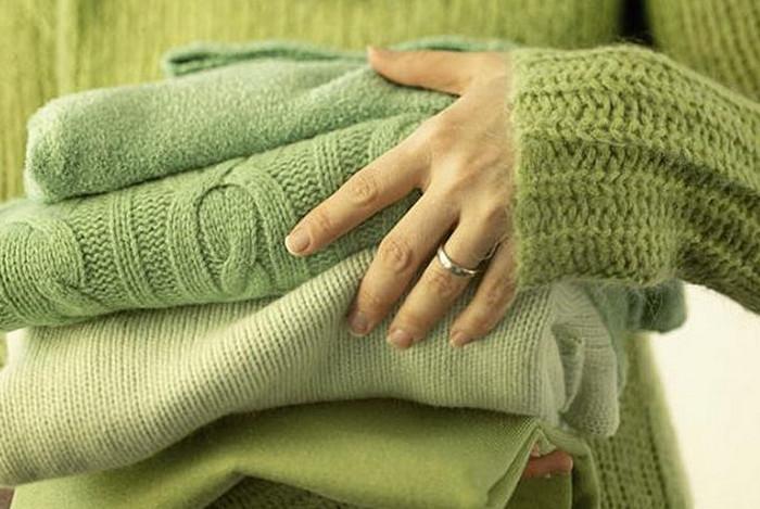шерстяные свитера в стопке