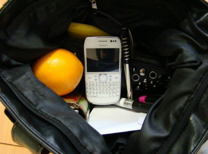 телефон в сумке
