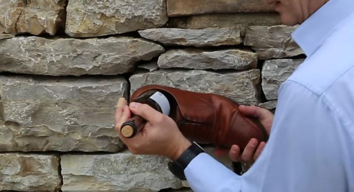 открыть вино туфлей