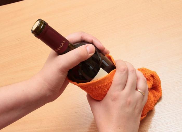 стучать бутылкой по столу